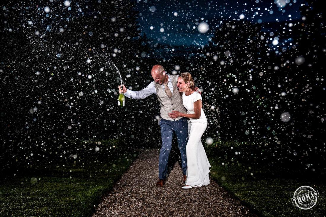 Bruidspaar viert feest met champagne