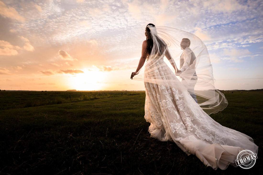 Bruidspaar en de zonsondergang