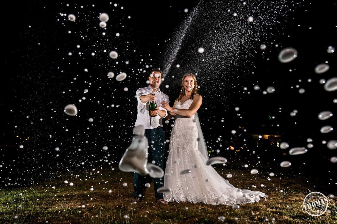 Bruidspaar spuit champagne bij Sparrendaal