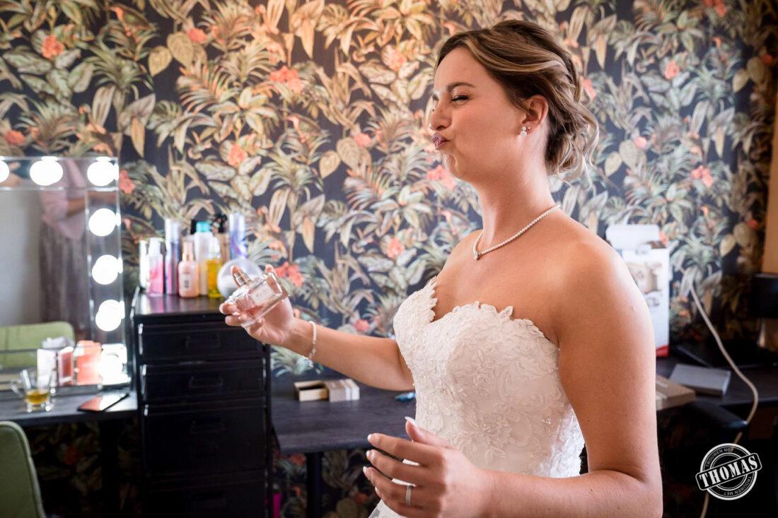 Bruid sprayt parfum.