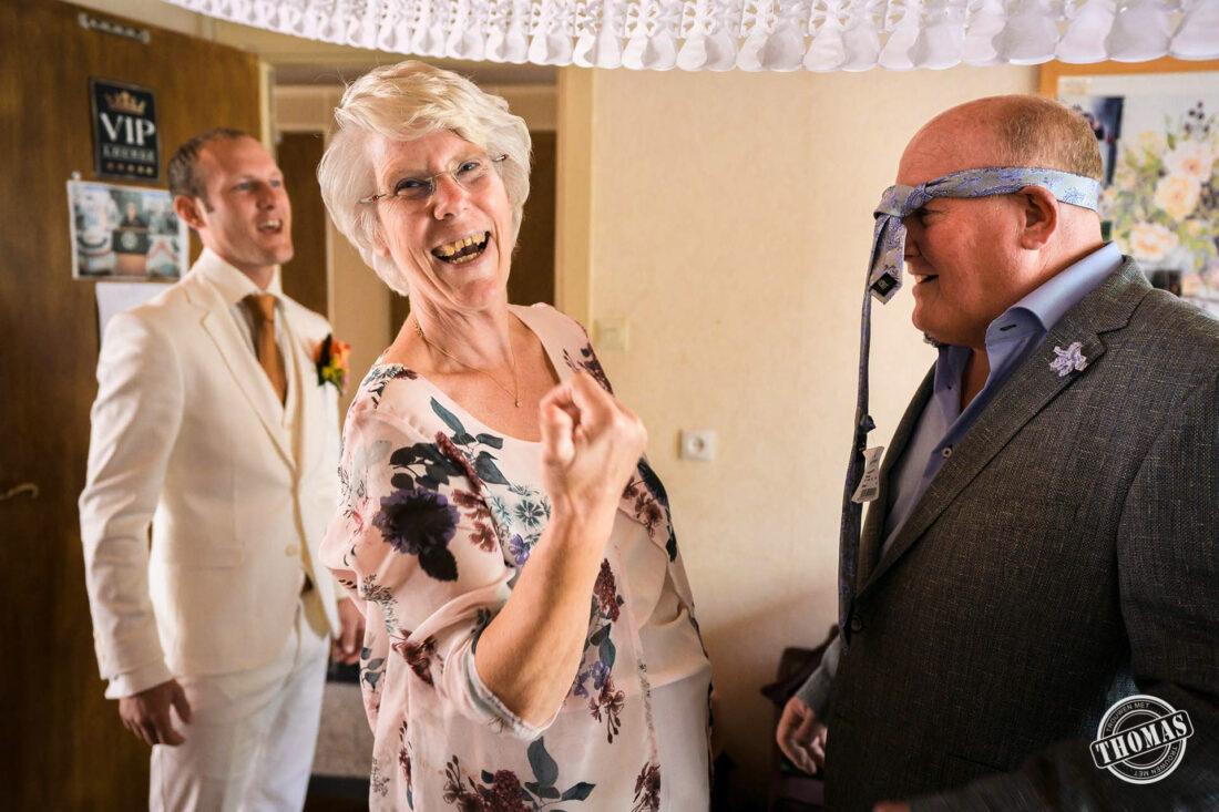 Ouders van de bruidegom kleden zich aan.