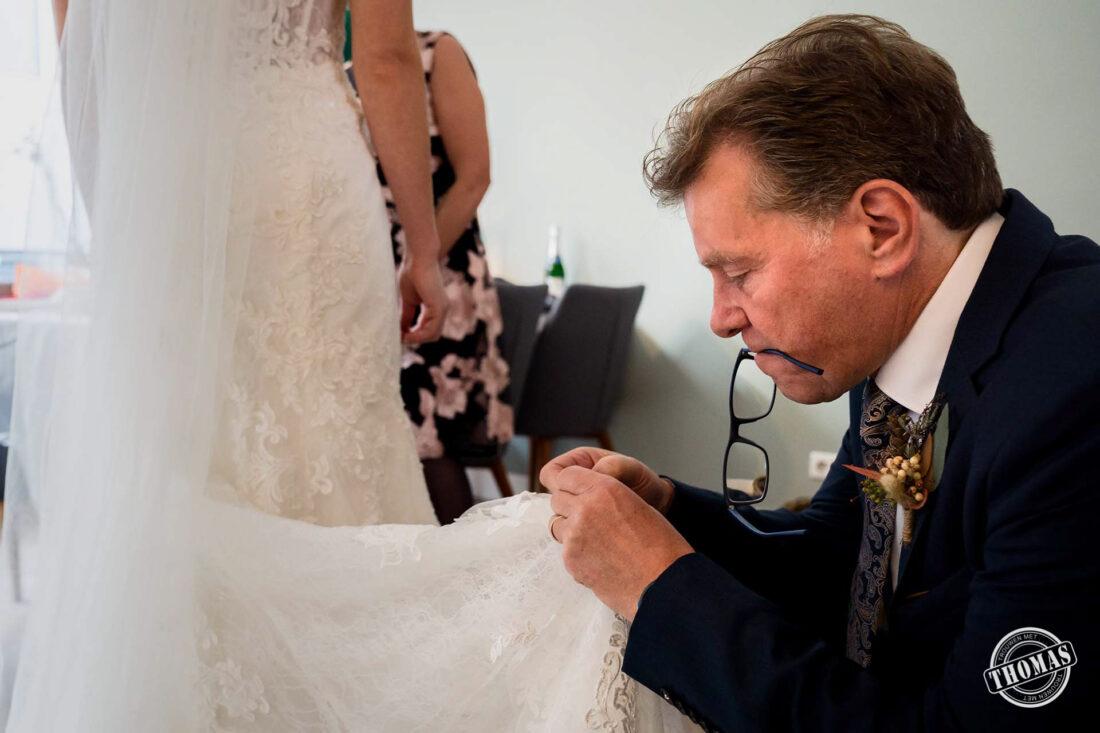 De vader van de bruid zoekt het danslusje.