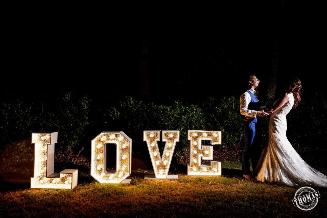 Gekke avondfoto met licht letters