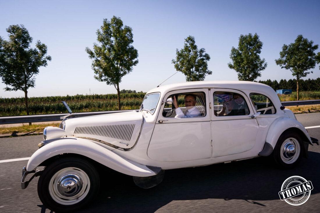 Citroën oldtimer rijdt op de snelweg