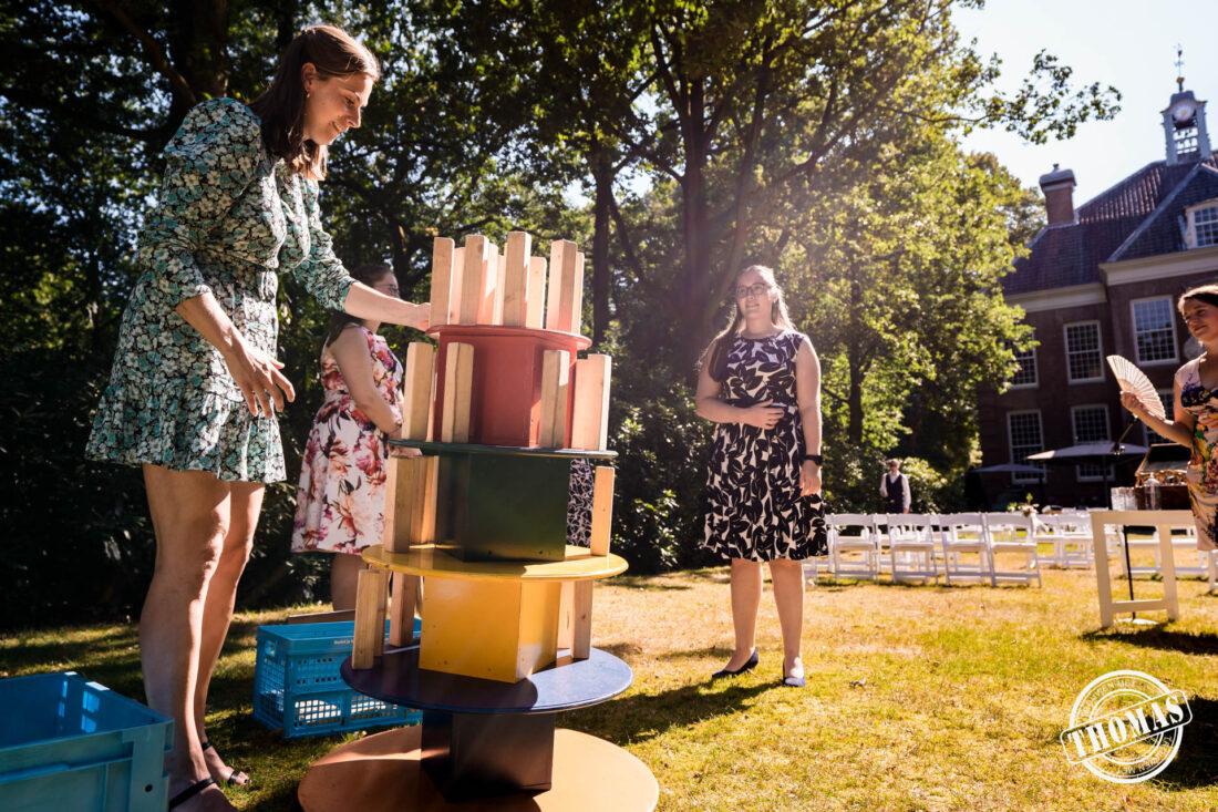 Trouwen in de zomer en spelletjes spelen in de tuin