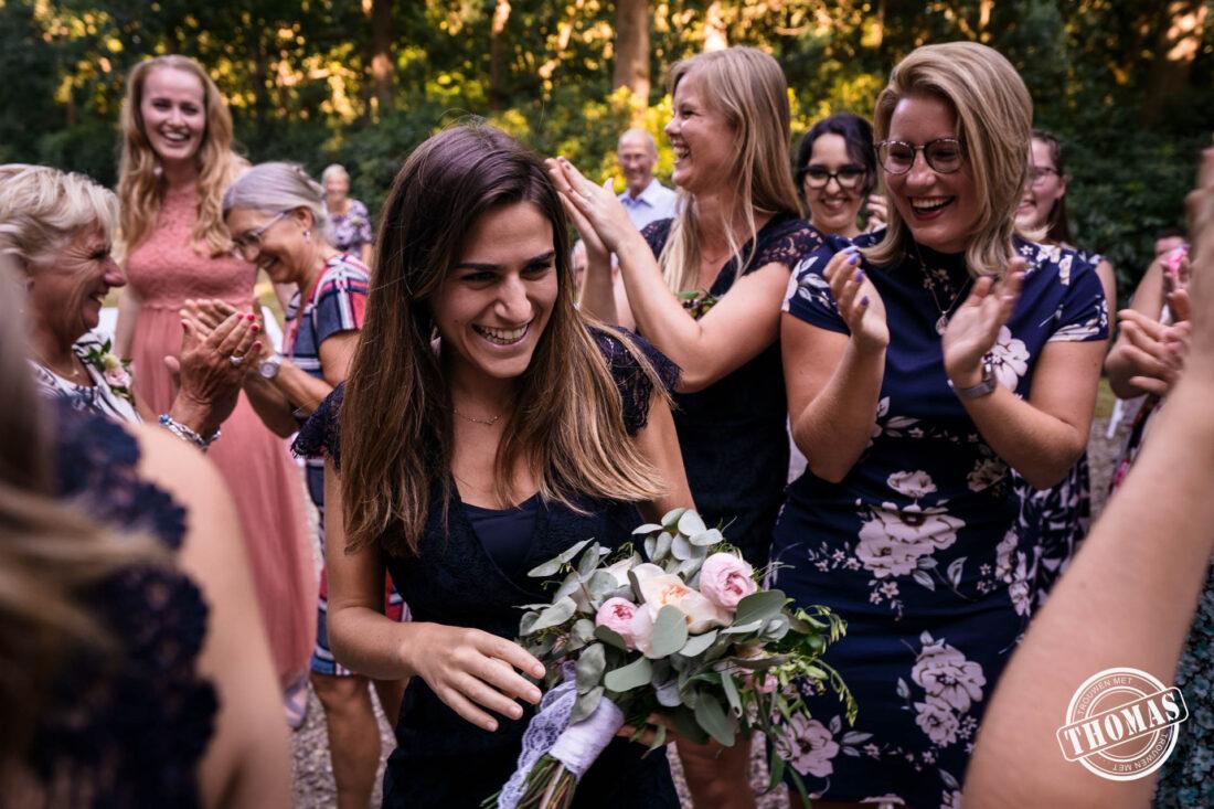 De gelukkige vangster van het bruidsboeket